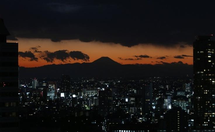 Giappone, il monte Fuji domina la città di Tokyo.    (Reuters/Issei Kato)