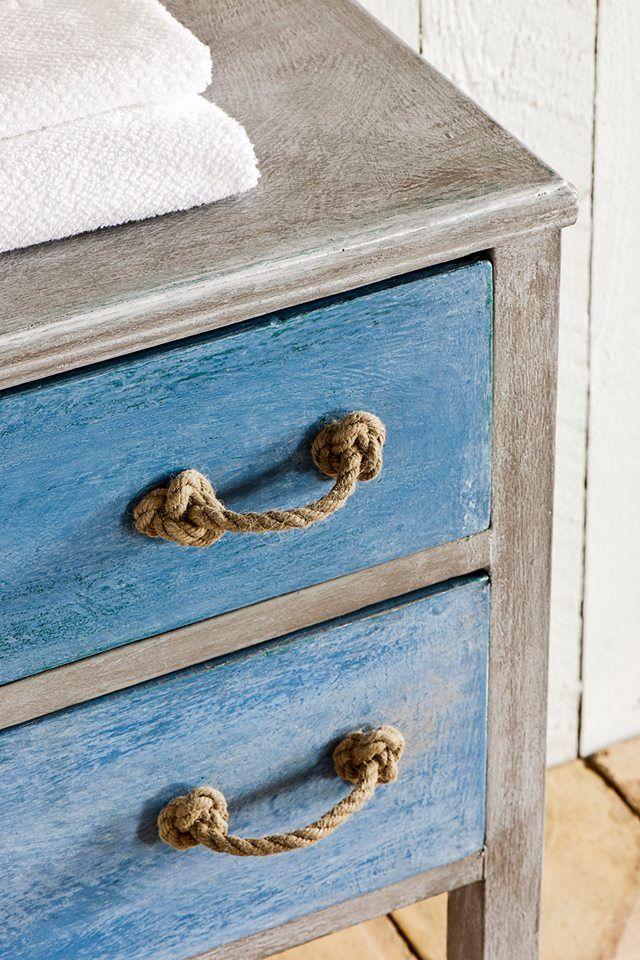 Kuststijl ladekast met textuur en een verweerde uitstraling. Greek Blue, French Linen en White Wax zijn gebruikt om deze stijl te creëren