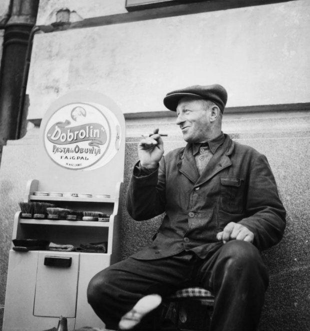 Zdjęcie z 1946 r. Uliczny sprzedawca pasty do butów