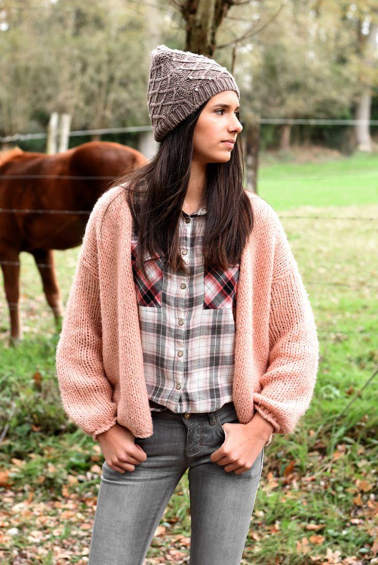Stoere winteroutfit: hemdje met een gebreid vest, skinny jeans en een trendy taupe muts <3