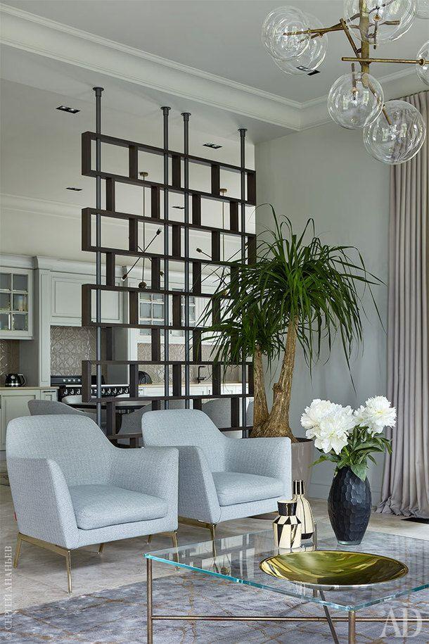 Фрагмент гостиной. Перед креслами, Flexform, журнальный столик, Gallotti & Radice. Перегородка сделана на заказ по эскизам дизайнеров. Ковер, Art de Vivre.
