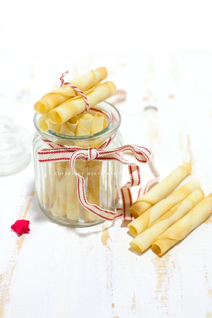Le sigarette di cialda sono friabili biscottini arrotolati a forma di sigaretta realizzati in pasta sigaretta da mangiare per merenda o per decorare gelati.