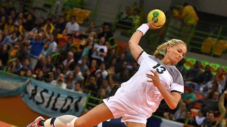 L'ailière française Manon Houette tire au but lors du match du tournoi olympique de Rio contre l'Argentine (1520×855)