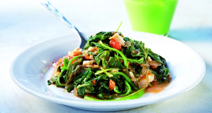 Μια ζεστή σαλάτα -άκρως καλοκαιρινή- η οποία μπορεί  να συντροφεύσει όλα τα ψητά σας.