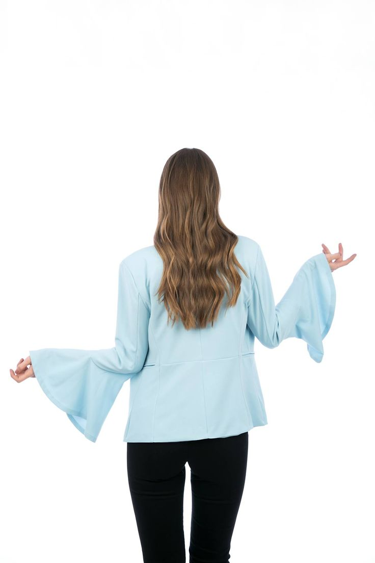 Jacket with long sleeves and shoulder pads. Collar without lapel. Flared sleeves and inner lining. Side pockets detail. 95% Polyester. 5% Elastan. https://www.modaboom.com/bell-sleeve-blazer-light-blue.html
