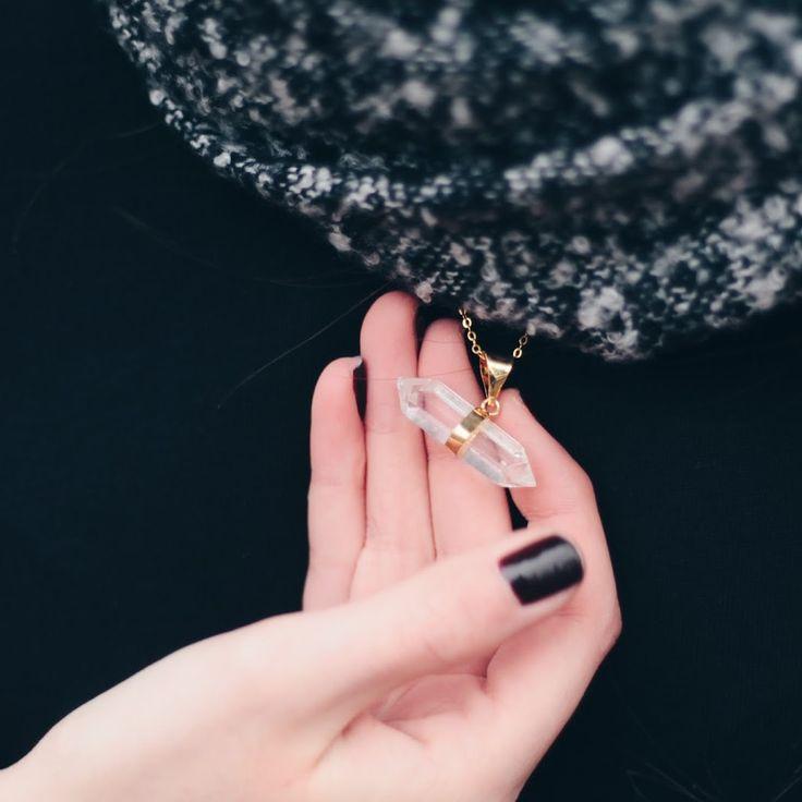 Sokan szeretik az ásványokat, kristályokat rejtő kiegészítőket, és egyre többen meg is mutatják, hogyan viselik azokat.Az alábbiakban bloggerek, magazinok és persze a bohém vásárlók fényképeit görgethetitek végig.Minden
