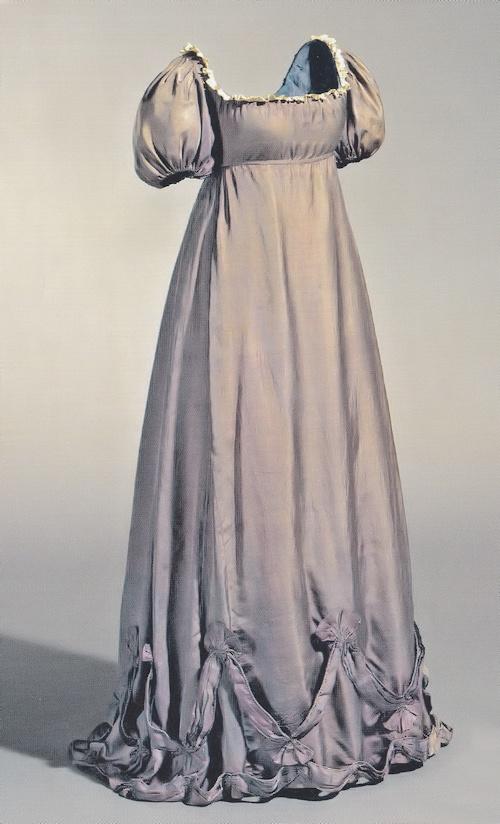 Maternity gown worn by Louise of Mecklenburg-Strelitz, Queen of Prussia circa 1800, during one of her many pregnancies./ Vestido de premamá llevado por Louise of Mecklenburg-Strelitz, Reina de Prussia sobre 1800 durante uno de sus embarazos.