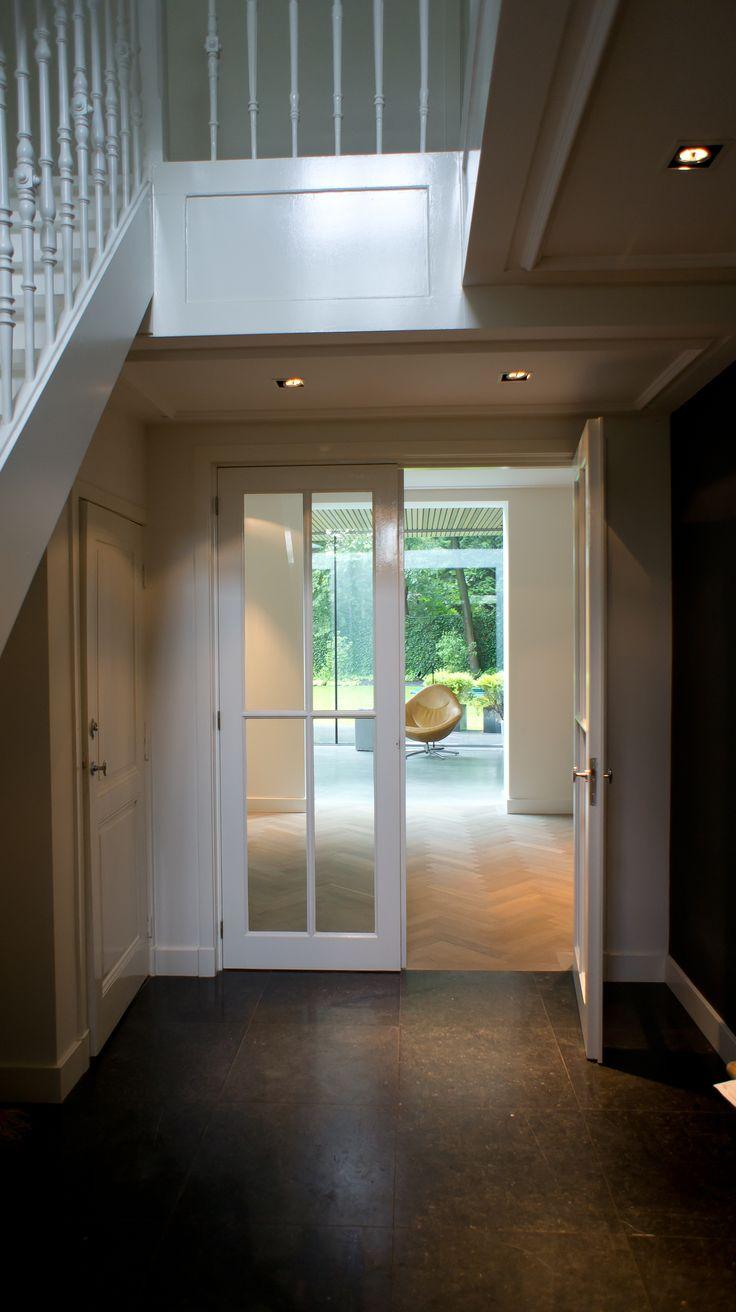 Hal met Belgische hardsteen aangesloten op Europees eiken tapis visgraat vloer extra donker gerookt + special white geolied en woonbeton gerealiseerd door MoreFloors - vloeren Breda