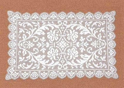 Настольная салфетка с каймой.  Затейливый узор в центре салфетки обрамляет ажурная кайма.  Салфетка выполнена в технике филейного кружева.