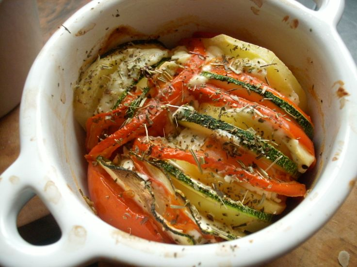 Voici un petit plat très simple mais bien bon qui accompagnera parfaitement une viande grillée ou un poisson. Je l'ai réalisé en plusieurs versions autant au niveau des ingrédients que de la cuisson. Pour 4 portions individuelles : 1 à 2 courgettes 4...