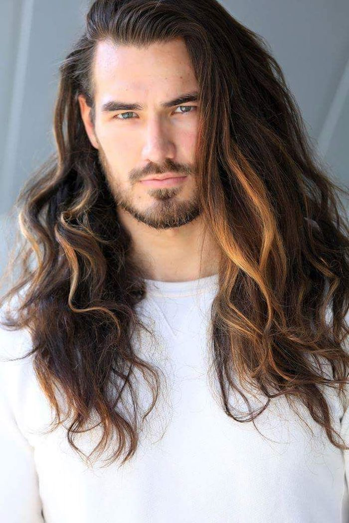 Manner Haarschitt Mannerfrisuren 2018 Mann Mit Langen Lockigen Haaren Langhaarfrisuren Frisuren Lange Haare Herren Frisuren Lange Haare Manner