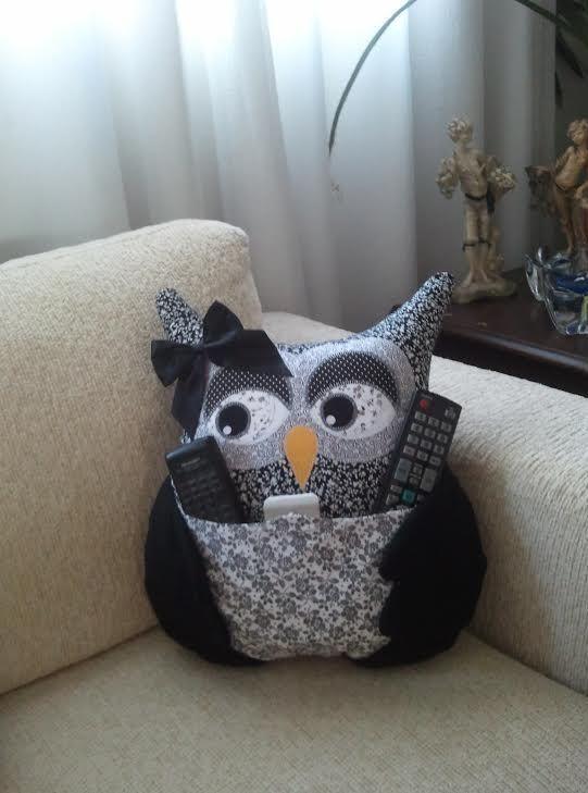 Almofada de Coruja - Artesã Ana Elgui - www.facebook.com/... #almofada #coruja #portacontroleremoto #decoração #artesanato #quarto #sala #casa: