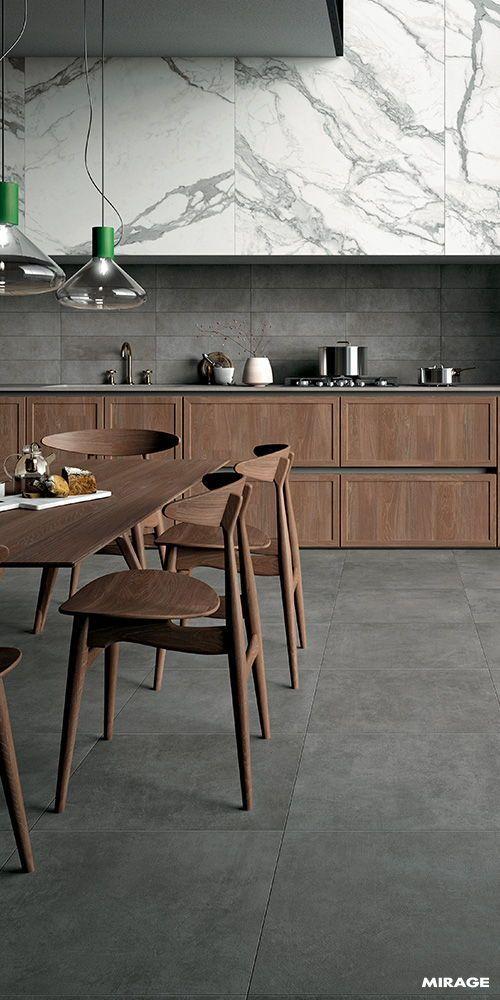 Küche mit Holzkohleboden, Holzunterschränke, Holzkohleplatte, weiß und