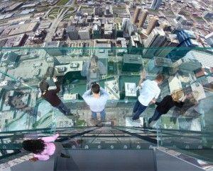 Vista desde arriba de la repisa Skydeck, panorámica de Chicago desde la caja de cristal suspendida en el piso 103 de la Torre Willis (antes Sears)