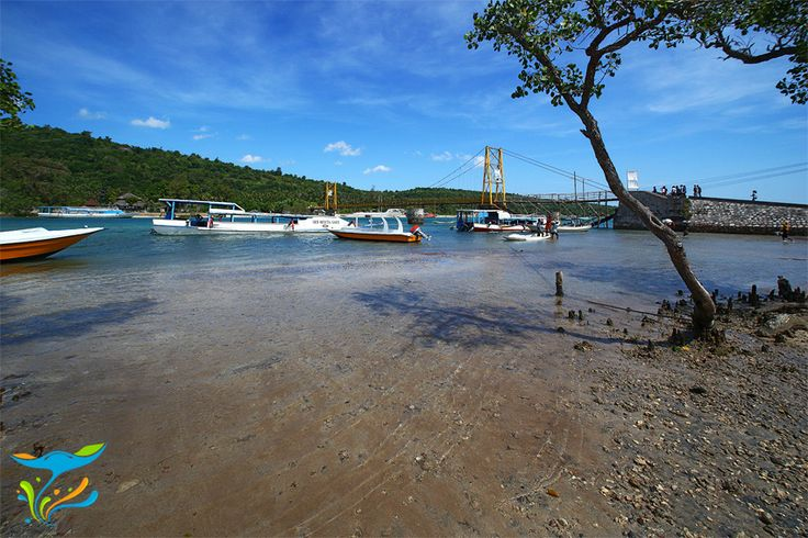 Pantai di sekitar jembatan gantung, biasanya menjadi kawasan bongkar muat perahu-perahu pengangkut barang dari Bali.