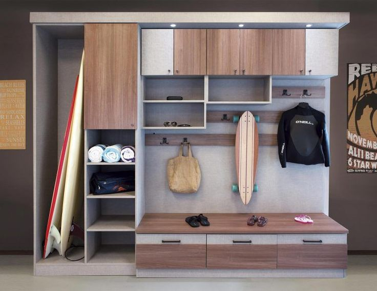 Der San Diego Mudroom bietet viel Stauraum für Outdoor-Ausrüstung und …  The San Diego Mudroom has ample storage space for outdoor equipment and personal items providing a solution for organization in an active family.   <a class=