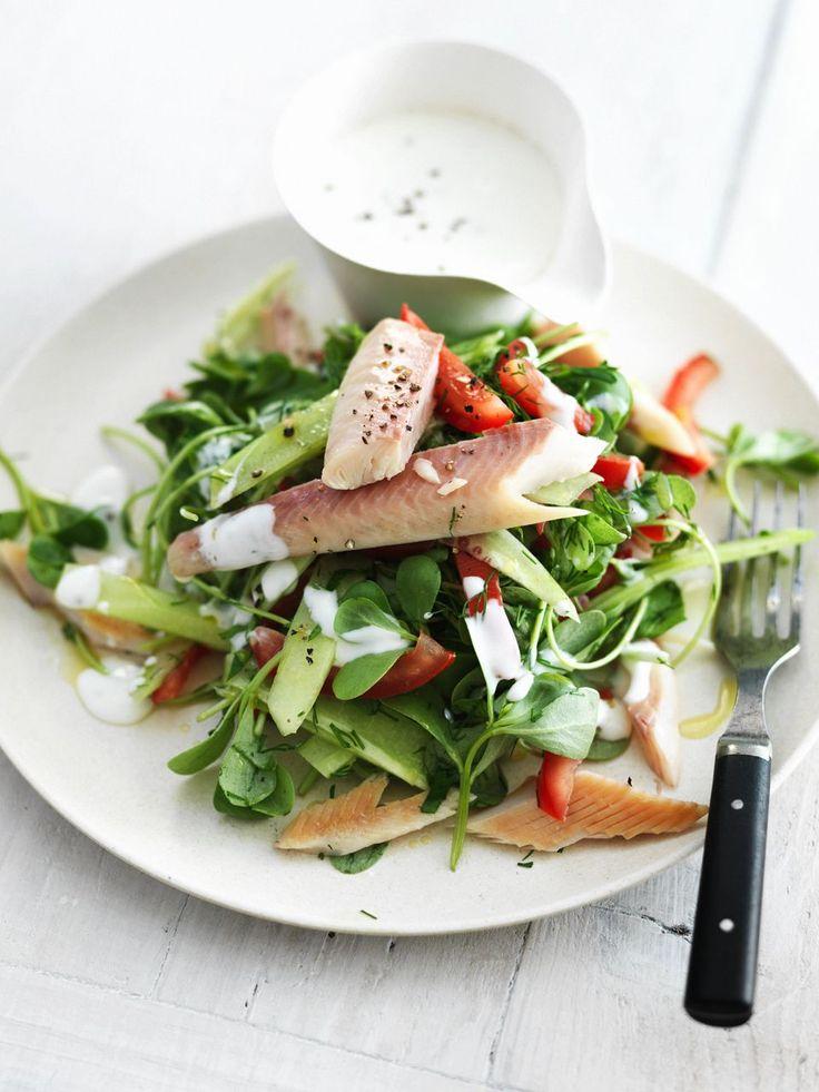 salade van zomerpostelein met yoghurt en gerookte forel