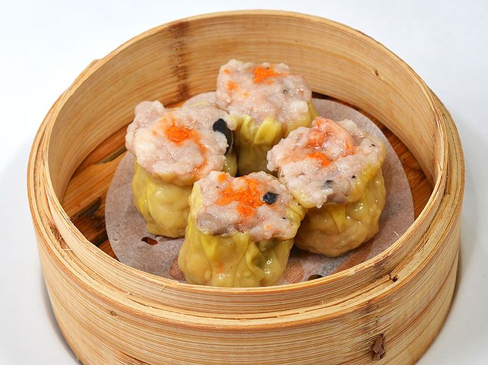 蟹黄虾烧卖<br>Xiè Huáng xiā shāo mài<br>Siu Mai (balls of pork and prawns wrapped in thin dough and steamed)<br>Gestoomde pasteitjes van varkensvlees en garnalen