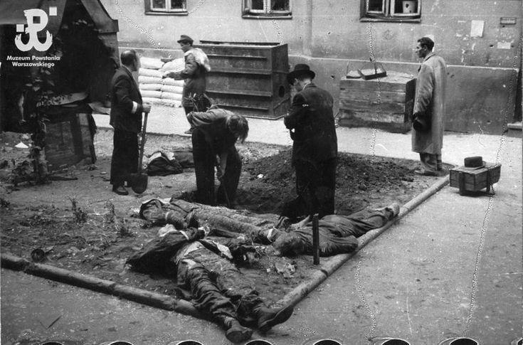 Fotografia z Powstania Warszawskiego. Starówka. Pogrzeb zabitych powstańców na podwórzu kamienicy przy ul. Franciszkańskiej 12
