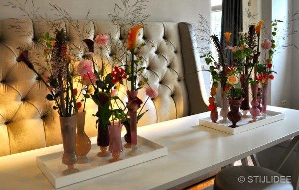 Gecapitonneerde bank bij eettafel bij interiors dmf in zeist   Fotografie STIJLIDEE Interieuradvies en Styling