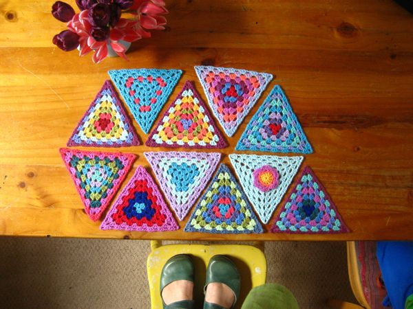 This is a pattern to make simple Granny Triangles which can be strung together to make a length of cheery bunting. Here I'm using my left over bits of Stylecraft Special DK (100% acrylic) on a 4mm hook and each...
