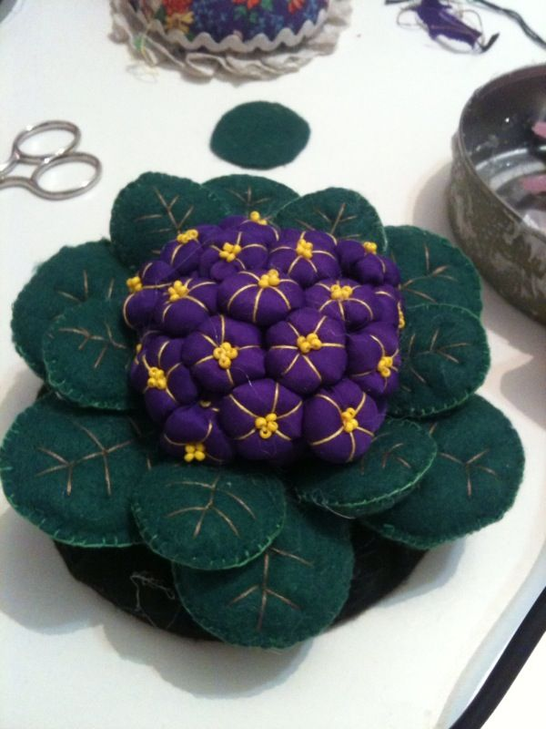 Arte Fatos by  LoBo   : VIOLETAS AGULHEIRO - PINCUSHION