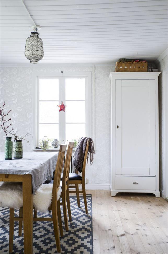 Matplats. I matrummet står ett ekbord med tillhörande stolar från EM. Linneskåpet fick Ida av sina föräldrar som barn. Vaserna är arvegods från Idas gammelmormor.