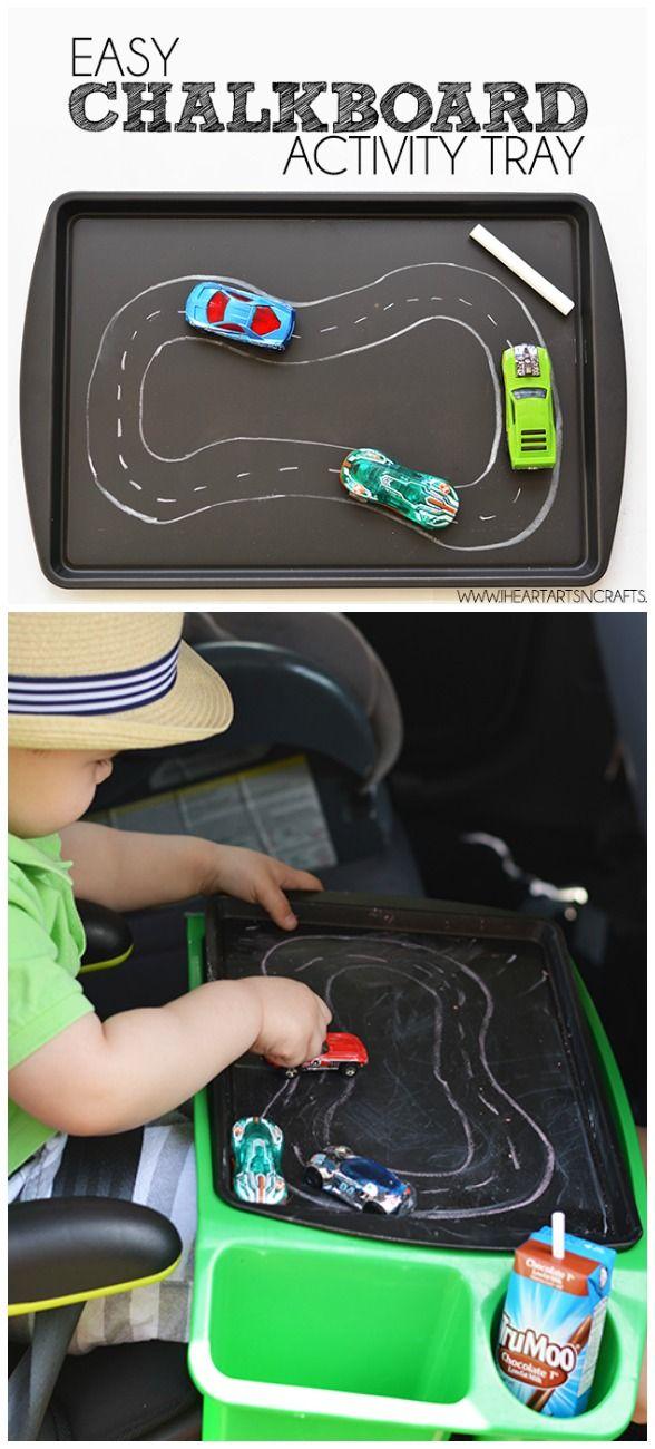 Tips voor roadtrips met peuters, waaronder hoe je van een bakplaat een autobaan maakt.