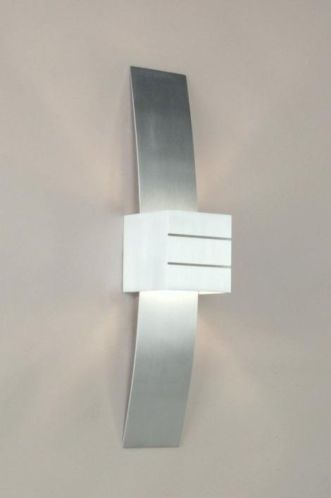 Top Qualität aus der Serie Quality Select. Die moderne Wandleuchte ist aus Vollaluminium, die Oberflächen sind gebürstet und dadurch erhält die Leuchte diesen unvergleichlichen Alu-Look. Die rechteckige Frontseite hat dieselbe Farbe wie die gebogene Rückseite. Sie können die Leuchte sowohl mit der gebogenen Seite nach außen, als auch nach innen montieren. Auch ein völliges Weglassen der Rückseite ist möglich.  www.lampen1fachschoen.de de Telefon: +49 (0)3 92 92 - 67 82 15
