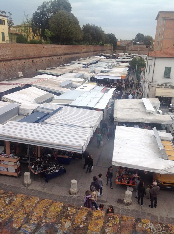 uno sguardo dall'alto sul mercato, oggi giorno di festa i commercianti espongono per i turisti e cittadini