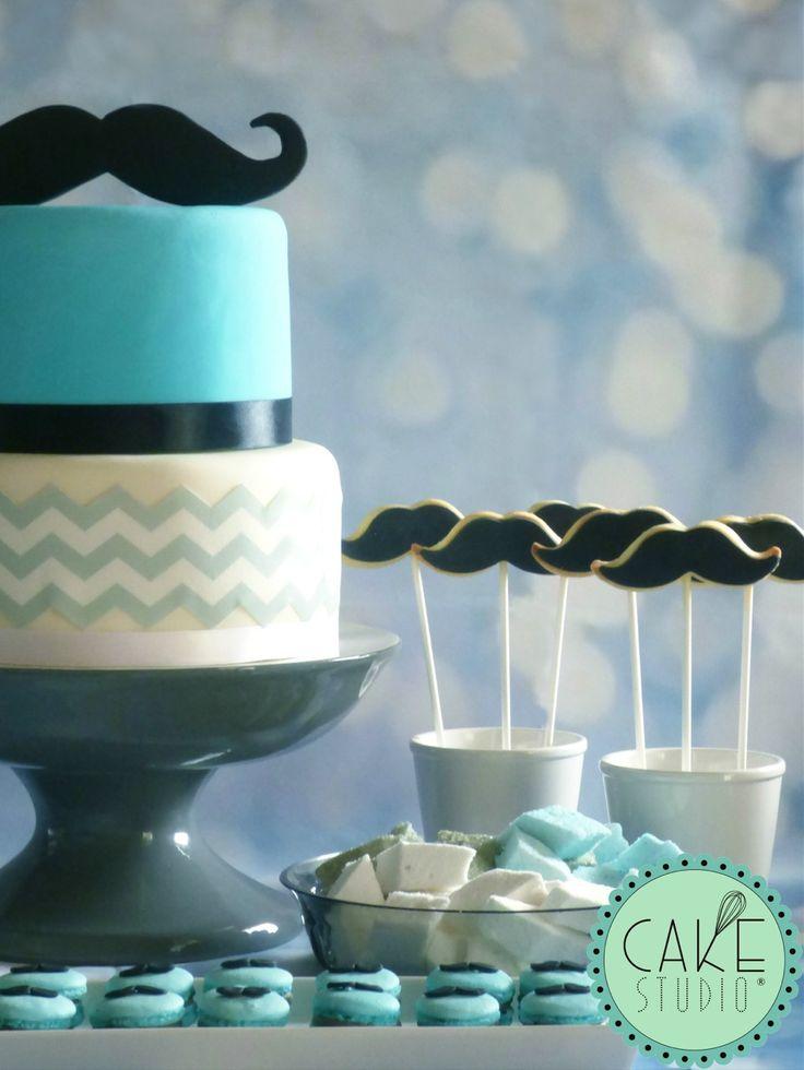 torta, biscotti e macaron con tema chevron e moustache