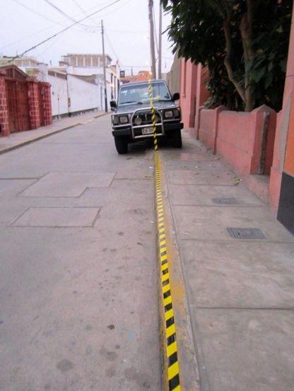 Mostrando evidenciar la conchudez de los conductores limeños, una estudiante de arquitectura intervino a carros mal estacionados de una forma visualmente impactante. ¿Cómo luchamos contra una ciudad que día a día parece estar más cerca de devorarnos enteros? Entre problemas cotidianos de corrupción, tráfico e inseguridad en las calles de Lima, la impresión de vivir […]