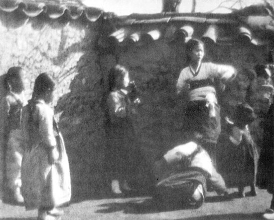 Photo by Yim, Eung Sik, 1935, in the Sun. (Soft Focus)