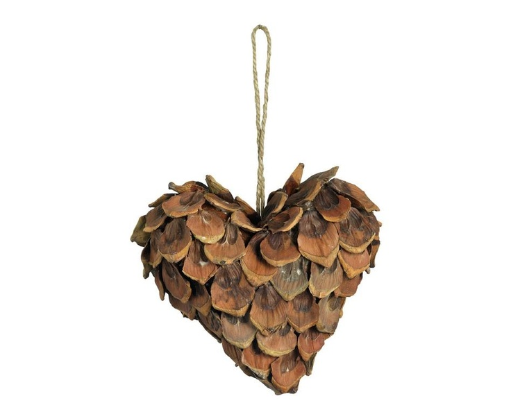 Juego de 3 corazones reciclados a partir de piñas piñoneras. Un toque natural  que dará estilo, gusto y mucha personalidad a tu decoración navideña. ¡Muy originales!