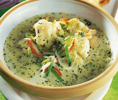 Denna blomkålssoppa är en härlig och mättande soppa med fyllig smak av chili, örtkryddor och crème fraiche. Blomkålssoppan med ost är lättlagad och passar utmärkt till vardagsmiddagen.