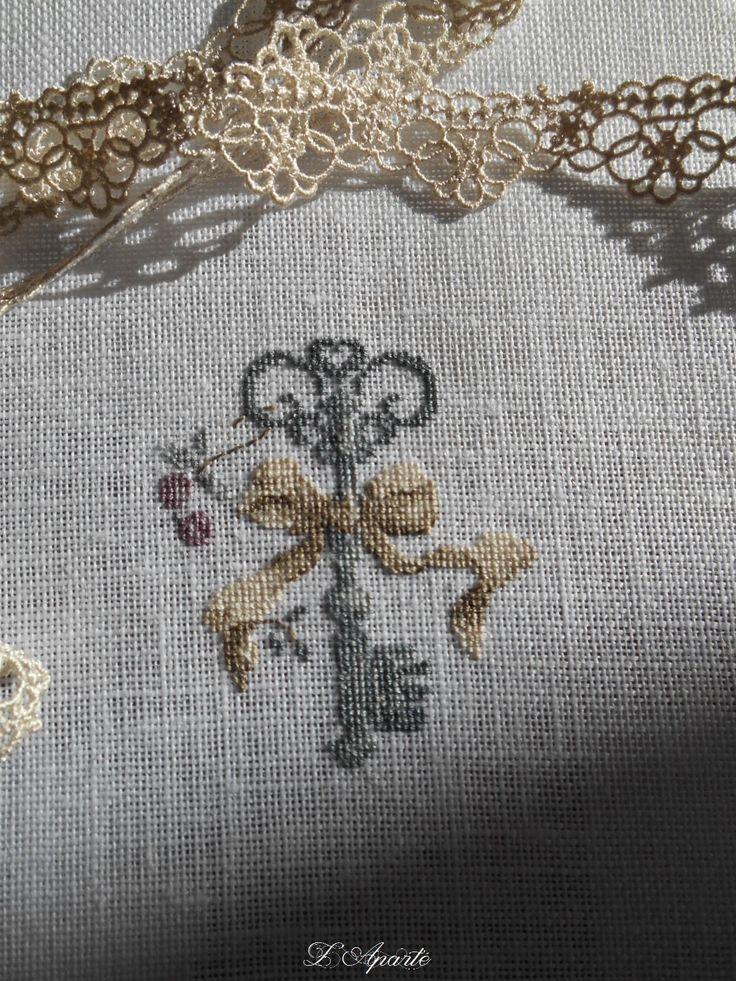 Clé point de croix sur lin dentelle shabby                                                                                                                                                     Plus