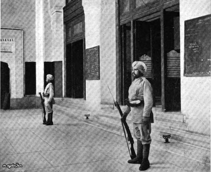 Sessiz sedasız geçiştirilen İstanbul'un işgali-16 Mart 1920-Posta-Telgraf Telefon İdaresi'nin önünde nöbet tutan İngiliz İşgal güçlerine bağlı Sih askerler