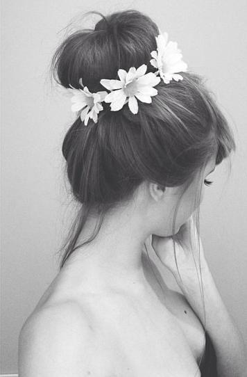 Couronne de fleurs autour d'un chignon bun,il faut avoir des cheveux bien épais et longs:exactement à l'inverse de moi...