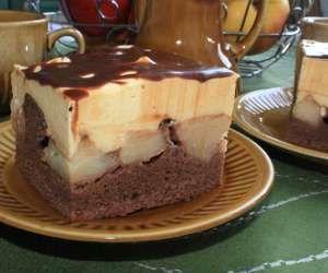 ciasto kakaowe z kawałkami jabłek z kremem waniliowym