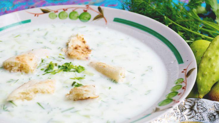 ヨーグルト発祥の地はどこか?というはなしには諸説ありますが、その一つと目されている国がトルコ。たしかに、トルコ料理はヨーグルトを多用することでも知られています。たとえばヨーグルトを使ったこのスープ、ほうれん草も加わり、ほんのりとした酸味がやさしくて、朝食にもぴったり。さて、まずはこのスープの名前から紹介したいと思います。トルコ語で「ヨーウルトゥルウスパナクチョルバス」、もういつ舌を噛んでもお...