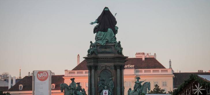 Um auf die Überfremdung durch Muslime aufmerksam zu machen, verkleideten die Identitären die Statue von Maria Therese mit einer Burka. Foto: Identitäre Bewegung Österreich