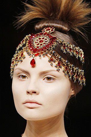 """Las creaciones """"Maharajah"""" del diseñador inglés nos recuerdan a los famosos tocados que llevó Nicole Kidman en la película """"Moulin Rouge""""."""