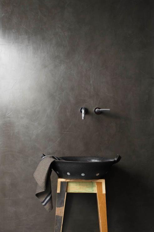 Donkere minimalistische badkamer