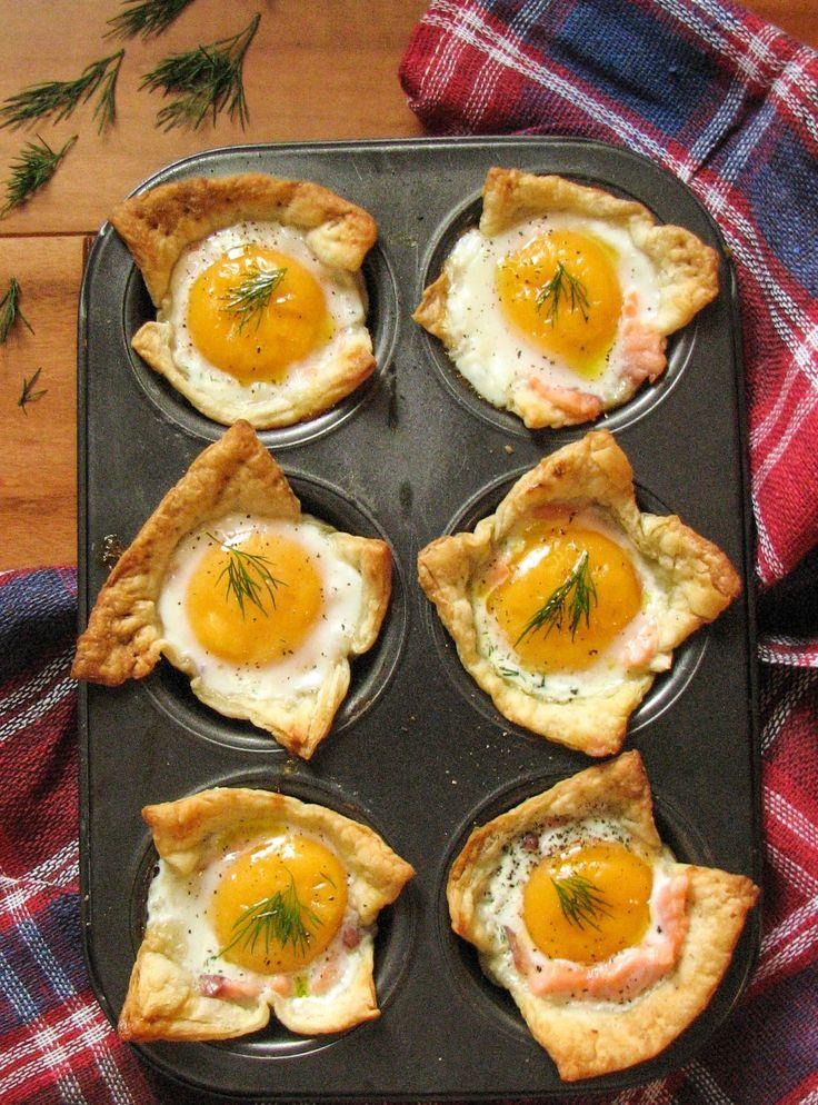 Рецепт: яйца запеченные в духовке с форелью и сметаной evilolivefood.com #food #recipe #delicious #evilolivefood #blog #foodie #foodblog #eggs #bake #breakfast