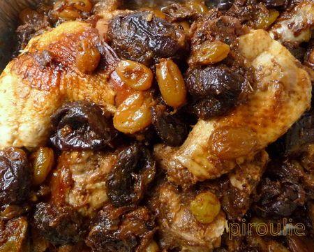 Tajine de poulet aux oignons caramélisés, pruneaux et raisins secs