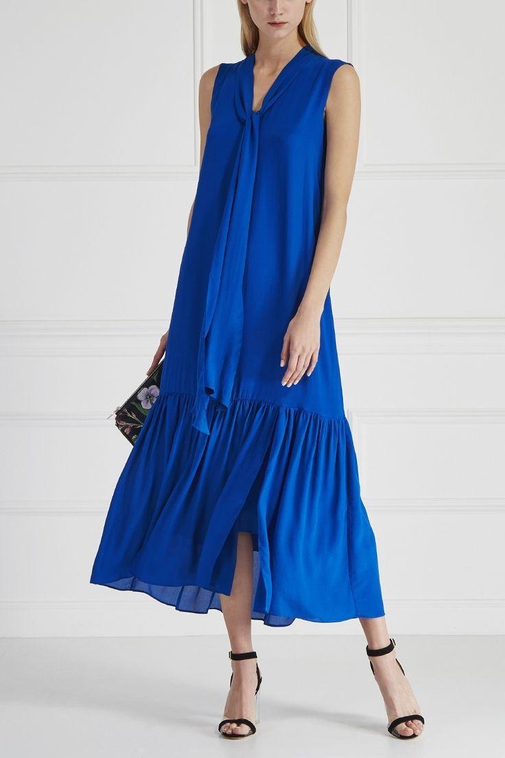 Платье прямого кроя выполнено из полушелковой ткани кобальтового цвета. Модель из коллекции бренда Akhmadullina DREAMS дополнена широким воланом по низу и длинными завязками на воротнике. Это лаконичное платье станет универсальным решением на лето – носите с сандалиями каждый день, а с яркими босоножками на коктейльные вечеринки.