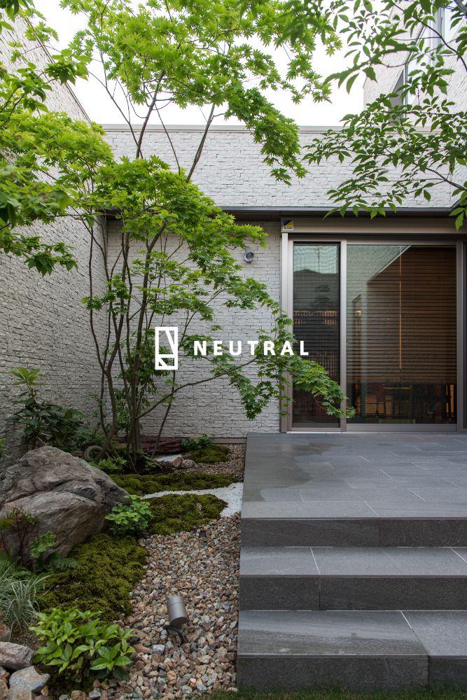 緑に囲まれた中庭の坪庭 リノベーション 庭 玄関 植木 日本庭園