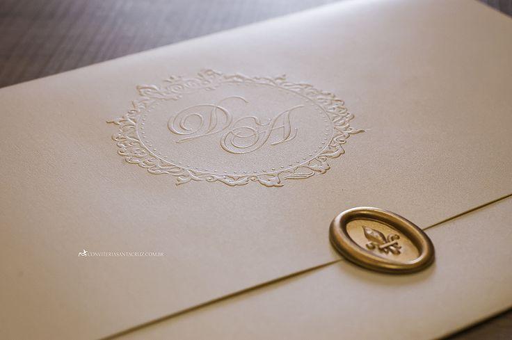Convite de casamento elegante e imponente com brasão exclusivo e lacre de cera.