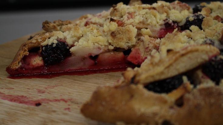 Apple, blackberry and pear crumble pie