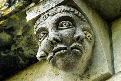 SAINTE GEMME église priorale - Art roman: modillons chapiteaux et peintures